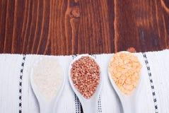 Miscela dei cereali diversi sull'alimento dietetico del bordo Fotografia Stock