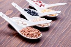 Miscela dei cereali diversi sull'alimento dietetico del bordo Immagine Stock