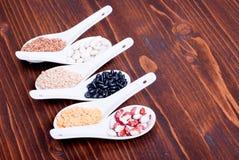 Miscela dei cereali diversi sull'alimento dietetico del bordo Fotografie Stock