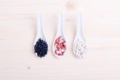 Miscela dei cereali diversi sull'alimento dietetico del bordo Immagini Stock