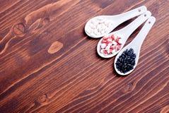 Miscela dei cereali diversi sull'alimento dietetico del bordo Fotografie Stock Libere da Diritti
