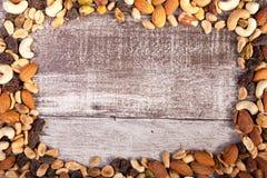 Miscela dei dadi crudi sani su fondo di legno con il avai del copyspace Fotografia Stock Libera da Diritti