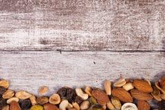 Miscela dei dadi crudi sani su fondo di legno con il avai del copyspace Fotografie Stock
