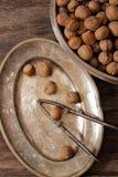 miscela dei dadi sui piatti di metallo con orehokolom d'annata Immagine Stock