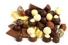 miscela dei dolci delle caramelle di cioccolato su bianco Immagine Stock