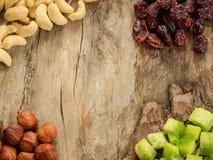 Miscela dei frutti e dei dadi secchi su legno invecchiato Fondo di Copyspace Immagini Stock Libere da Diritti