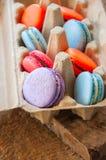 Miscela dei macarons variopinti in un contenitore dell'uovo della carta del mestiere Fotografie Stock Libere da Diritti