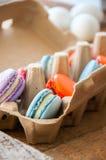 Miscela dei macarons variopinti in un contenitore dell'uovo della carta del mestiere Immagini Stock Libere da Diritti
