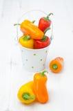 Miscela dei peperoni dolci variopinti freschi in un secchio Immagini Stock