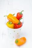 Miscela dei peperoni dolci variopinti freschi in un secchio su un bianco Fotografia Stock