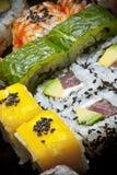 Miscela dei pices del rotolo e dei sushi immagini stock libere da diritti