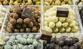 Miscela deliziosa dei tipi differenti di dolci italiani del cioccolato che variano dal caffè al latte alla vaniglia su esposizion Immagine Stock