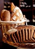 Miscela della merce nel carrello del pane fresco Fotografie Stock Libere da Diritti
