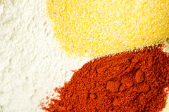 Miscela della paprica e della farina di mais rosse della farina nella ciotola Fotografia Stock Libera da Diritti