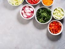 Miscela delle ciotole di verdure per insalata o gli spuntini Fotografie Stock Libere da Diritti