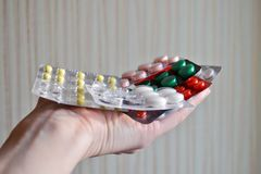 Miscela delle compresse medicinali nel pacchetto, compresse imballate in bolle Ha utilizzato parzialmente il pacchetto nella palm fotografia stock