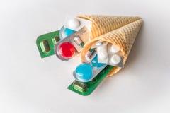 Miscela delle medicine e delle pillole nei coni del wafer Fotografia Stock Libera da Diritti