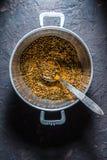 Miscela delle spezie indiane per il masala nel vaso del metallo sui precedenti scuri Immagine Stock