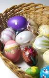 Miscela delle uova di Pasqua e del coniglio vive multicolori Fotografia Stock