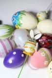 Miscela delle uova di Pasqua e del coniglio vive multicolori Fotografie Stock
