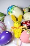 Miscela delle uova di Pasqua e del coniglio vive multicolori Immagini Stock