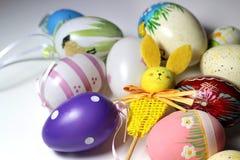 Miscela delle uova di Pasqua e del coniglio vive multicolori Immagine Stock