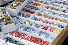 Miscela delle uova di Pasqua vive multicolori sul mercato Fotografia Stock Libera da Diritti