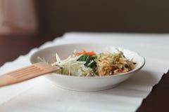 Miscela delle verdure grattate sul piatto bianco Fotografia Stock