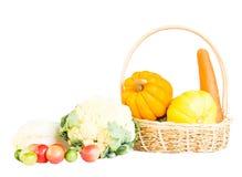 Miscela delle verdure mature fresche sul canestro Immagine Stock