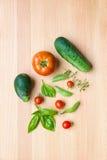 Miscela delle verdure su fondo di legno - raccolto del giardino di estate Immagini Stock