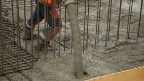 Miscela di calcestruzzo di versamento dal miscelatore di cemento su cassaforma concreting Finished che livella la lastra e che ve archivi video
