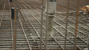 Miscela di calcestruzzo di versamento dal miscelatore di cemento su cassaforma concreting Finished che livella la lastra e che ve video d archivio