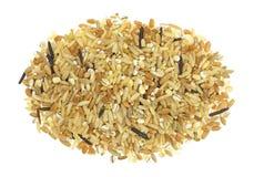 Miscela di riso e di grani su un fondo bianco Fotografia Stock