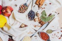 Miscela di vista superiore delle spezie ed erbe differenti, cuoco ed ingredienti di cucina sulla tavola con la decorazione della  Fotografia Stock