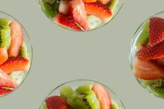 Miscela fresca del kiwi e delle fragole sui bordi per testo Immagine Stock Libera da Diritti