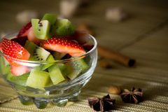 Miscela fresca del kiwi e delle fragole in una ciotola Immagini Stock Libere da Diritti