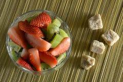 Miscela fresca del kiwi e delle fragole in una ciotola Fotografie Stock Libere da Diritti
