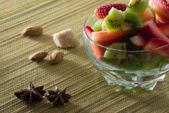 Miscela fresca del kiwi e delle fragole in una ciotola Fotografia Stock Libera da Diritti
