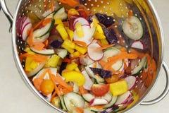 Miscela tagliata delle verdure di insalata in una colapasta Fotografia Stock