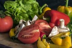 Miscela variopinta della frutta e delle verdure, fondo nero Immagine Stock