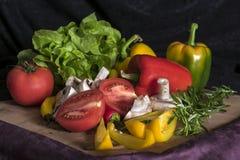 Miscela variopinta della frutta e delle verdure, fondo nero Immagini Stock