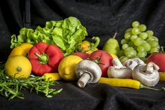 Miscela variopinta della frutta e delle verdure, fondo nero Fotografia Stock