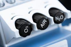 Miscelatore anestetico del gas con ossigeno, il protossido d'azoto ed i regolatori della dose dell'aria fotografie stock
