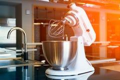 Miscelatore bianco nella cucina moderna fotografie stock