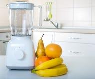 Miscelatore con i frutti in cucina Fotografia Stock Libera da Diritti