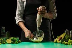Miscelatore degli ortaggi freschi dello zbivaet del cuoco unico, verde fresco fresco dietetico, disintossicazione Nutrizione, die fotografia stock libera da diritti