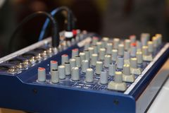 Miscelatore del DJ al partito Fotografia Stock