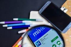 Miscelatore - flusso continuo interattivo Beta App nell'ingrandimento sullo schermo di Smartphone immagine stock