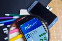 Miscelatore - flusso continuo interattivo Beta App nell'ingrandimento sullo schermo di Smartphone fotografia stock