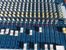 Miscelatore impressionante con molti bottoni e troppe funzioni fotografia stock libera da diritti